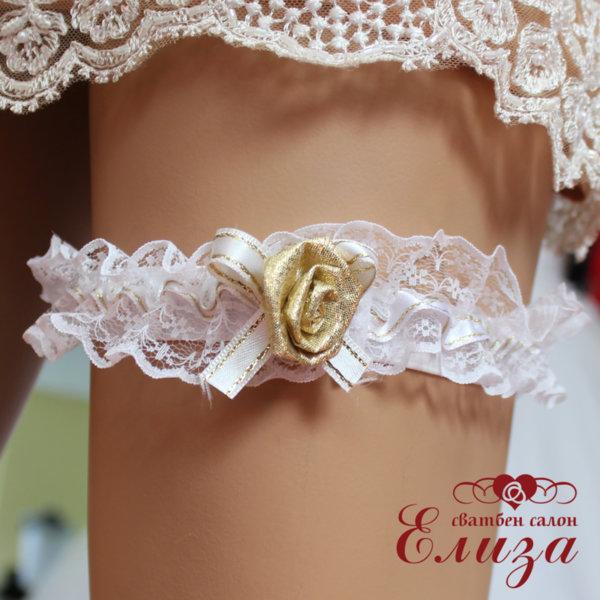 Сватбен дантелен жартиер в бяло със златна роза
